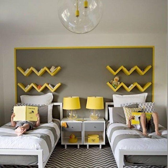 غرفة أطفال رمادية اللون وسريرين