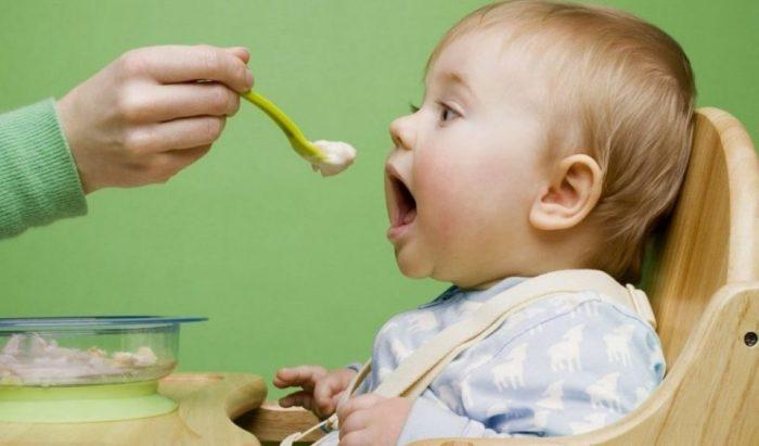 أهم الأطعمة التي يجب أن تتجنب الأم إعطائها للطفل في عمر 9 أشهر