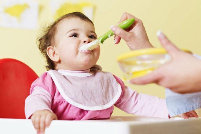 أول طعام للطفل الرضيع