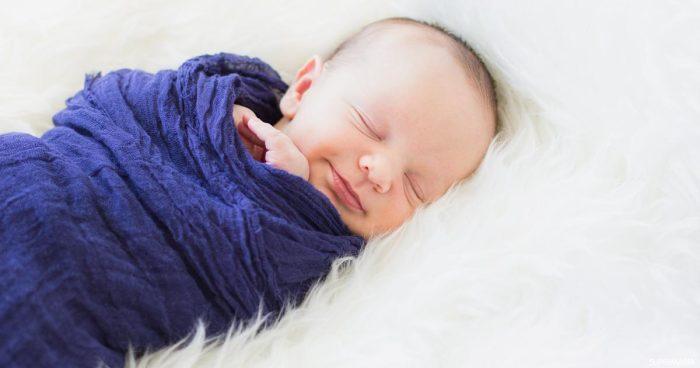 استيقاظ الطفل المفاجئ من النوم وهو يبكي