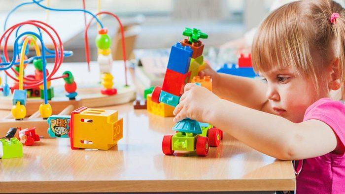 العاب اطفال سن 3 سنوات ذكاء الطفل في عمر الثالثة من عمره يصبح لديه القدرة الكاملة على الإمساك والتفكير واللعب بكل حواسه، لهذا سوف نتعرف اليوم على نماذج من العاب اطفال سن 3 سنوات ذكاء تناسب الأطفال في هذه المرحلة العمرية وتنمي ذكاء الطفل في نفس الوقت، لأن اختيار الألعاب المناسبة من عمر الطفل من الأمور التي يجب أن ينتبه الوالدين إليها. العاب اطفال سن 3 سنوات ذكاء توجد الكثير من الألعاب التي تناسب الأطفال في عمر الثلاث سنوات وهي تعمل على تسلية الطفل وفي نفس الوقت تساعده على التفكير والابتكار ومنها: 1- ألعاب البازل تتوفر ألعاب البازل بالعديد من الأشكال والأحجام المختلفة، حيث يوجد منها البازل الخشبي أو الورق المقوى، كما يتوفر منها أشكال حيوانات، فواكه... الخ. تعد لعبة البازل من الألعاب التي يعتمد فيها الطفل على الذاكرة والتفكير بجانب الحركة والرؤية، لهذا فهي من الألعاب التي تنمي المهارة البصرية والحركية والإبداعية. 2- الألعاب المغناطيسية هذه الألعاب هي عبارة عن مجموعة من الألعاب التي تكون على شكل حيوانات وطيور وفواكه بحيث يقوم الطفل بلصق هذه الألعاب على لوحة معدنية لأن في نهايتها مغناطيس. تعد الألعاب المغناطيسية من الألعاب الآمنة على الأطفال في سن الثلاث سنوات وهي من نماذج الألعاب المسلية للطفل. 3- ألعاب الفك والتركيب يدخل في ألعاب الفك والتركيب المكعبات، المجسمات مع اختلاف أشكالها وأحجامها. ألعاب أطفال عمر 3 سنوات أولاد توجد الكثير من الألعاب التي تناسب الذكور بشكل خاص ومنها: 1- ألعاب السيارات يفضل الذكور الألعاب المتعلقة بالسيارات بشكل عام على اختلاف طريقة اللعب بها سواء السيارات بالريموت كنترول أو عن السيارات ذات العجلات الأربعة وغيرها من الأشكال المتعددة. 2- ألعاب الكرة ينجذب الكثير من الذكور إلى ألعاب الكرة التي تكون متوفرة بالعديد من الأحجام والألوان حتى يختار الطفل ما يناسبه منها. 3- ركوب الدراجة يمكن للولد في سن الثلاث سنوات أن يتعلم ركوب الدراجة ذات الثلاثة عجلات فهي من الألعاب المفضلة جدًا للأطفال الذكور. ألعاب أطفال 3 سنوات تعليمية من أفضل العاب اطفال سن 3 سنوات ذكاء التي ينصح بشرائها للطفل في هذه المرحلة هي الألعاب التعليمة ومن نماذج ألعاب اطفال 3 سنوات تعليمية ما يلي: 1- الكتاب التفاعلي هذا الكتاب هو عبارة كتاب يتضمن بعض المهارات التي يقوم بها الطفل، مثل تعل