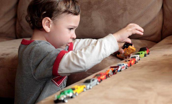 الفرق بين الطفل الطبيعي والمتوحد
