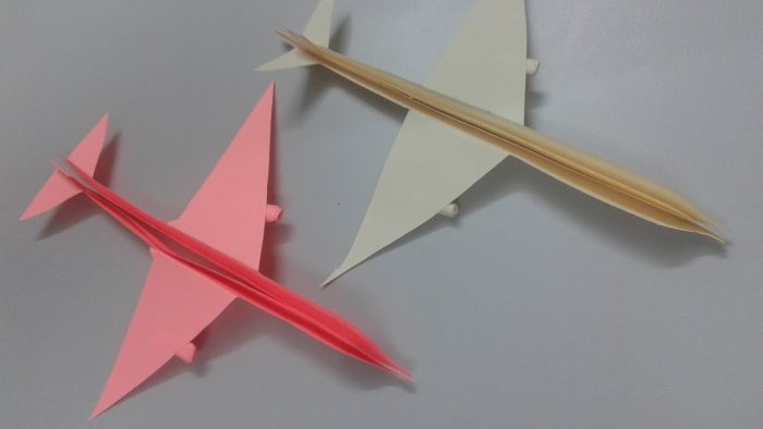 صناعة طائرة من الورق
