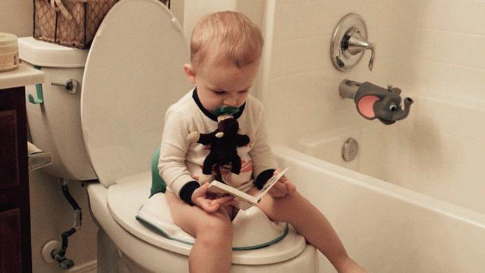 طريقة تنظيف الطفل من البراز