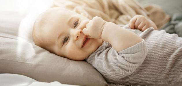طفلي في الشهر الثالث يمص يده