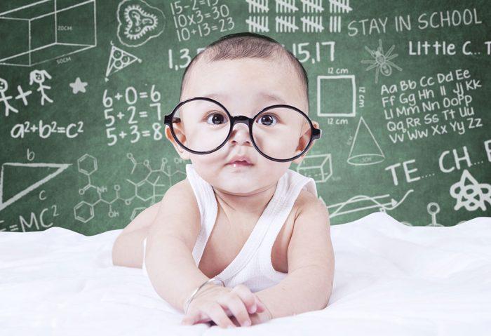 علامات ذكاء الطفل عمر شهرين