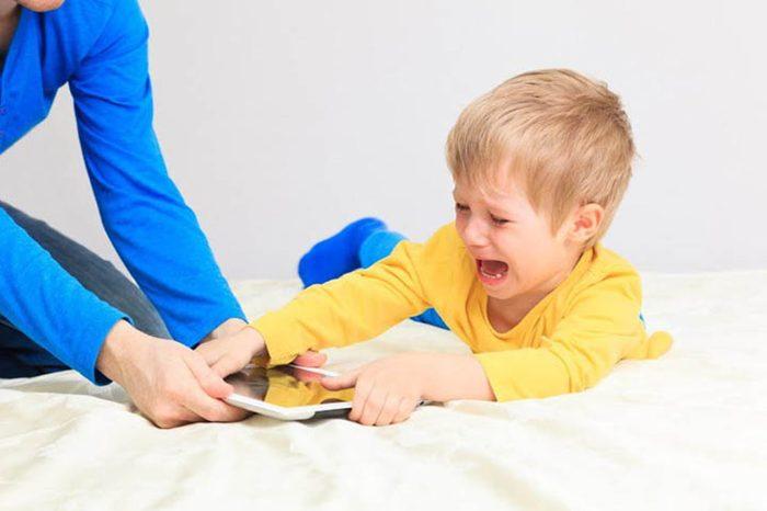 كيف أتعامل مع الطفل العنيد