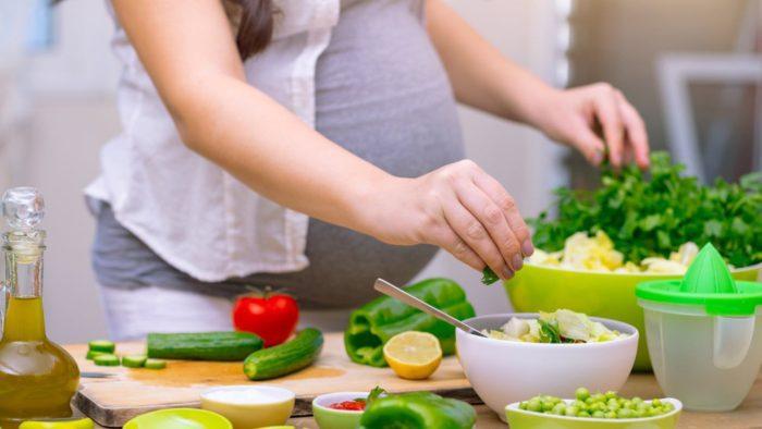متى يبدأ الجنين بأخذ الغذاء من الأم