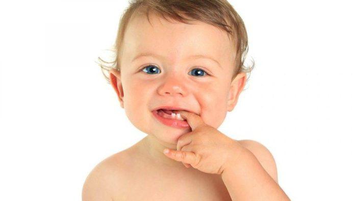 متى يبدأ الطفل التسنين متى يبدأ الطفل التسنين سؤال مهم ويجب على كل أم أن تعرف الإجابة عليه حتى لا تقلق من عدم تسنين الطفل في وقت مبكر خاصة لو كانت تتصور أنه يبدأ في التسنين في سن ثلاثة أو أربعة أشهر وهو الوقت الذي تبدأ فيه الأم بإضافة بعض المأكولات الأخرى مع الرضاعة. متى يبدأ الطفل التسنين الإجابة على سؤال متى يبدأ الطفل التسنين هو أن الطفل يبدأ في التسنين في شهوره الأولى بداية من الشهر الثالث ولكن لا تظهر إلا سنة واحدة فقط في البداية ولكن أكثر وقت تظهر فيه أول سنة للطفل في الوقت الذي يتراوح بين أربعة وتسعة أشهر لكن تظهر على الطفل بعض الأعراض في وقت يسبق وقت تسنينه مثل سيلان لعابه أو أن يضع أي شيء على فمه فهذا معناه أنه سيبدأ في التسنين وهذا شيء غير مقلق على الإطلاق. كيف تتعامل الأم مع الطفل وقت التسنين؟ • أن تدلك له اللثة بأصبعها بخفة. • أن تعطى الطفل لعبة مطاطية ليعضها أو تعطيه لعبة مصنعة من البلاستيك ولكن بعد أن تحفظها في الثلاجة للتخلص من أي ميكروبات تتكون عليها. • إعطاء الطفل مسكن للأم على حسب سنه إذا كان يتألم من طلوع الأسنان في فمه. • ألا تعطيه ألعابًا لها حاف حادة حتى لا تضر أسنانه أو لثته. ما هي أعراض تسنين الطفل؟ بعد أن أجبنا على سؤال متى يبدأ الطفل التسنين نوضح للأم أعراض تسنين الطفل وهي: • أن يحمر خديه. • أن تزداد كمية سيلان اللعاب. • أن يضع أو يعض أي شيء. • أن تلاحظ الأم أن لثة طفلها متورمة وأن يشعر الطفل بوجود ألم فيها. • أن تتهيج منطقة الفم لدى الطفل. • ألا ينام الطفل بأريحية. • عدم الرغبة في تناول الطعام أو الرضعة. • إصابة الطفل بالإسهال المتكرر. • أن تلاحظ الأم أن أردافه محمرة إضافة إلى ظهور طفح جلدي. • إذا أصيب الطفل بالحمى فعلى الأم سرعة التوجه إلى الطبيب لأنها ليست من الأعراض الشائعة في مرحلة التسنين. • أن تلاحظ الأم أن الطفل أصبح عصبيًا وغير راضي عن أي شيء. • أن يبكي الطفل باستمرار. ماهي أهمية الأسنان الأولى؟ • تساعد الأسنان الأولى الطفل على الكلام ومضغ الطعام بسهولة إضافة إلى أن فكيه ينموان بشكل صحيح. • يجب على الأم أن تهتم بهذه الأسنان حتى تترك مساحات لطلوع الأسنان الدائمة التي تظهر في وقت لاحق. كيفية الاعتناء بأسنان الطفل • تمسح أسنان الطفل بخفة أثناء استحمامه ويتم مسح الأسنان بقطعة قماش نظيفة مبللة. • استخدام الفرشاة التي لها أسنان ناعمة وصغ