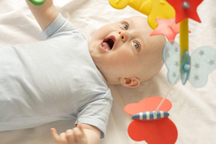 متى يبدأ الطفل بالانقلاب