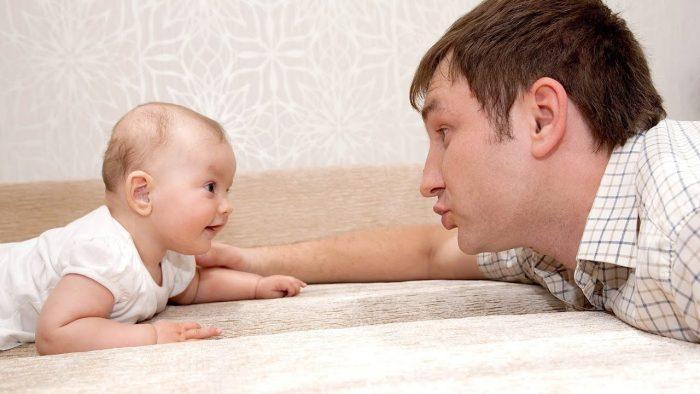 متى يبدأ الطفل يناغي