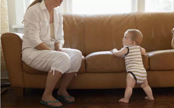 توقيف الطفل الرضيع على رجليه