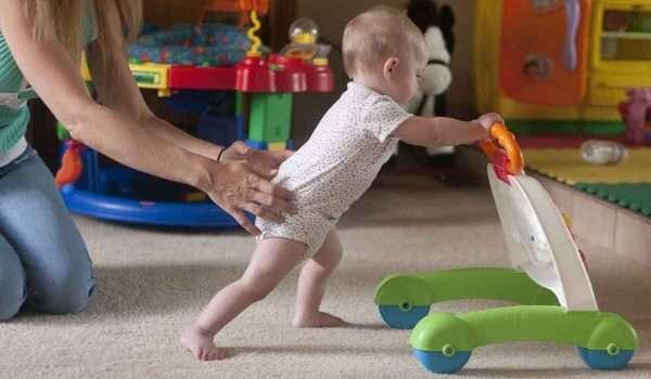 فيتامينات تساعد الطفل على المشي