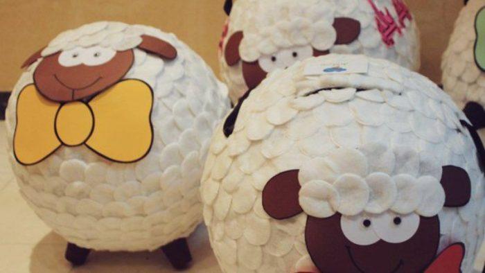 صنع البنياتا في عيد ميلاد الطفل البنياتا هي أحد الأفكار المتميزة في أعياد الميلاد، وهي عبارة عن كرة كبيرة تُصنع من الأوراق، وهي ممتلئة بالحلويات من الداخل، ويمكن إعدادها في المنزل كالتالي: المكونات ورق مجلات. حجر تزيين باللون الفضي. حلويات. لاصق. طلاء فضي. بالون. كوب بلاستيك. الطريقة تزين البيت لعيد الميلاد من خلال وضع البنياتا، سوف يكون أمر متميز جدًا، وتتمثل خطواتها في التالي: ننفخ البالون، ونقوم بتثبيته على الكوب البلاستيك بعد ملئه بالأحجار. نبدأ في تقطيع ورق المجلات إلى أشكال مستطيلة، ونلصقها على البالون من كل الاتجاهات باللاصق. نتركها تجف ثم نضع طبقة أخرى، وهكذا حتى نضع 4 طبقات عليها ونتركها تجف. نطليها باللون الفضي، وبعد جفافه نلصق عليها أوراق زينة ملونة. ثم نقوم بثقب فتحة صغيرة بها، ونقوم بإفراغ الهواء من البالونة، وملء الكرة بالحلوى، ونُغلق الفتحة ونُعلق البنياتا على ارتفاع بسيط ملائم لطول الطفل. وتتمثل الفكرة في مسك صاحب العيد ميلاد عصا، وضرب البنتياتا ثم تنهال منها الحلوى عليه هو ورفاقه الصغار، ويتناولونها.