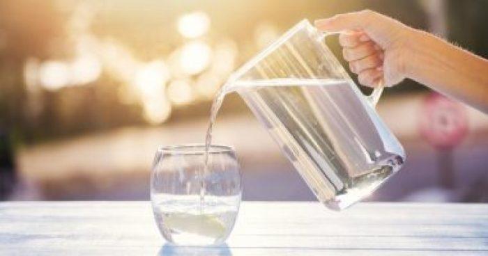 هل شرب الماء يزيد الماء حول الجنين؟