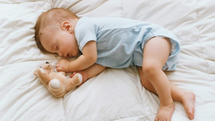 أسباب كثرة حركة الطفل أثناء النوم