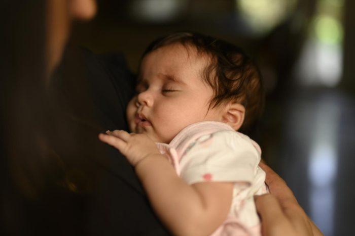 إلى متى يستفيد الطفل من حليب الأم؟