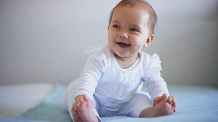 تجليس الطفل في عمر شهرين
