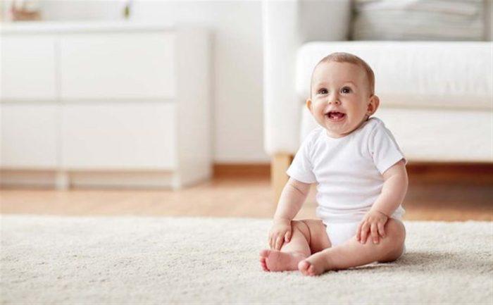 جلوس الطفل في الشهر الثالث