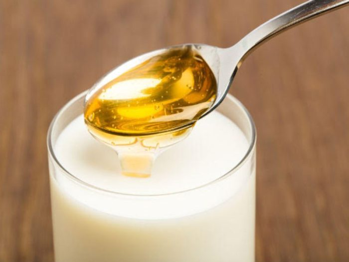 خلط الحليب مع العسل للأطفال