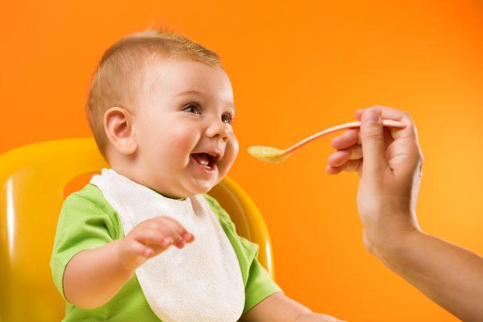 تغذية الرضيع في الشهر السادس