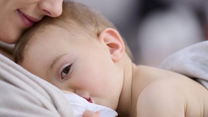 كل كم ساعة يرضع الطفل في الشهر الأول؟