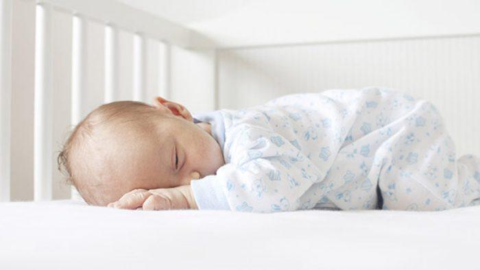 نوم الرضيع على بطنه لطرد الغازات