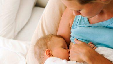 هل إرضاع الطفل وهو نائم يسبب التهاب الأذن؟