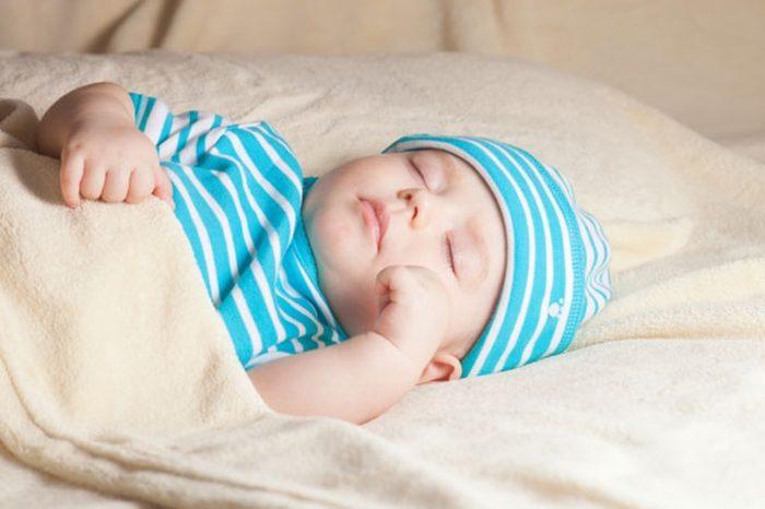 عدد ساعات نوم الأطفال حسب العمر