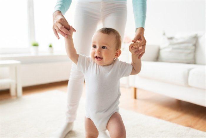 كيف نساعد الطفل على المشي؟
