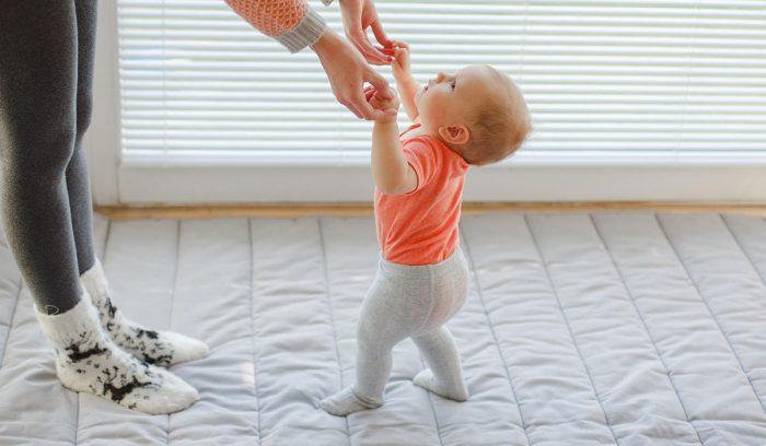 متى يبدأ الطفل بالمشي