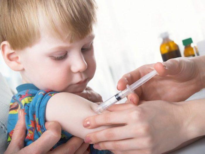 بعد كم ساعة يسخن الطفل بعد التطعيم