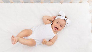 متى يبدأ الطفل بالضحك
