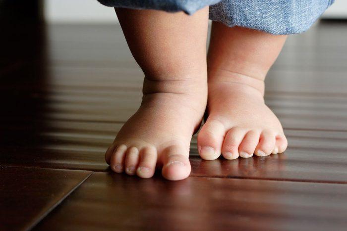 متى يتحمل الطفل وزنه على رجليه