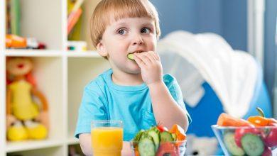 متى يأكل الطفل طعام غير مهروس؟