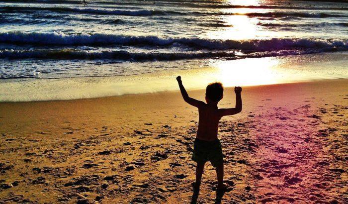 هل طفل التوحد يحب اللعب بالماء