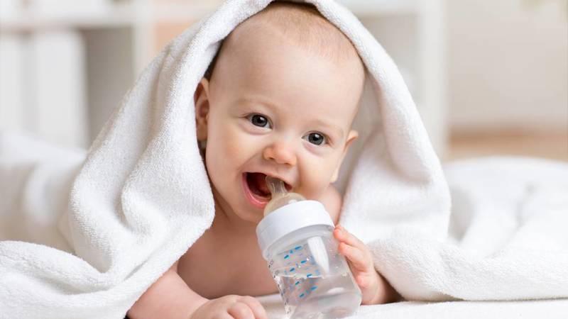 متى يُعطى الرضيع الماء