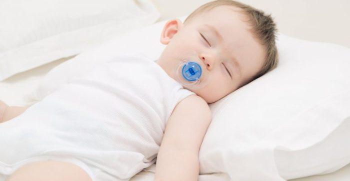 مخاطر نوم الرضيع على وسادة