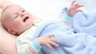أسباب التشنجات عند الأطفال أثناء النوم وعلاجها